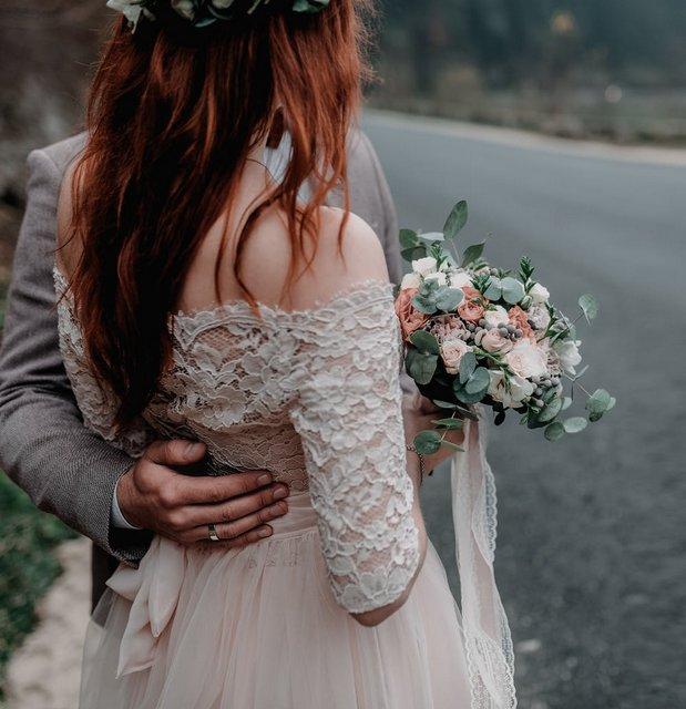 Młoda Para z kwiatami